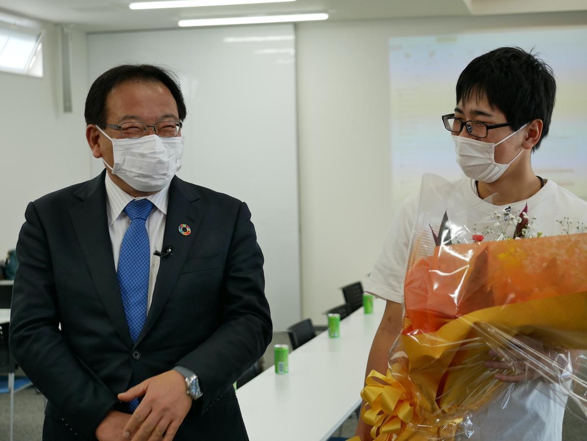 「北島迷店街事業」でCMソングを作曲した住友泉輝さん(右)とはなおかCEOの花岡秀芳さん(左)