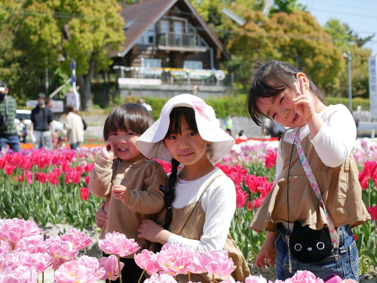見頃を迎えているチューリップ公園で吉田奏翔くん(左)羽美南ちゃん(中)、梨央南さん(右)兄妹