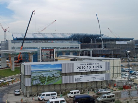 建設が進む国際線地区。正面奥が国際線ターミナル。巨大な大屋根が見える。