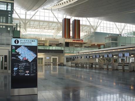 羽田空港の新国際線ターミナルの出発ロビー