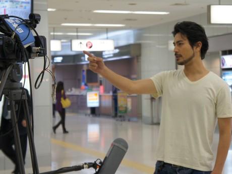 カメラの前で演技する主演の今野晴也さん