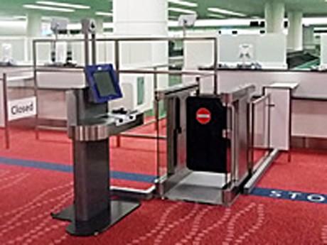 羽田空港に設置された出入国手続きの「自動化ゲート」 写真=沖電気工業