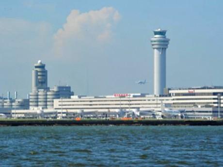 多摩川河口・東京湾から臨む羽田空港の新旧管制塔と第1旅客ターミナルビル