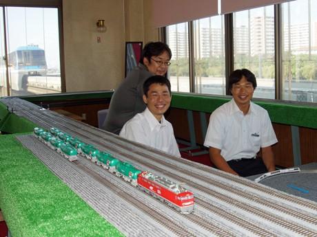 東京モノレール軌道に隣接する個室「特別展望運転室」で和む関係者ら(手前左が安西支配人)