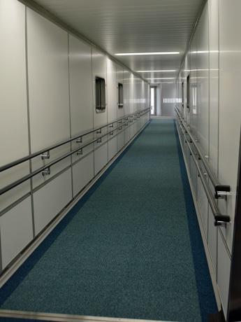 トンネル内部に段差がない新型のPBB(旅客搭乗橋)