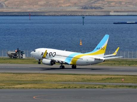 羽田空港を離陸するエア・ドゥの航空機