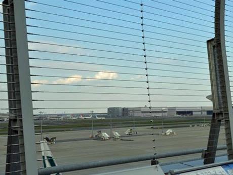 水平ワイヤだけになった羽田空港国際線ターミナル展望デッキの保安フェンス