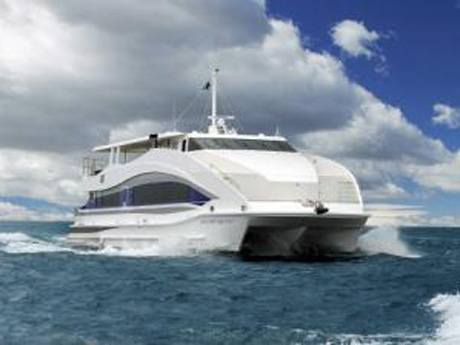 クルーズツアーに使用されるクルーザー「OCEAN BLEU(オセアンブルー)」