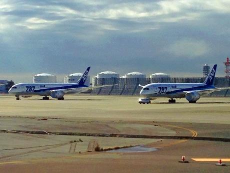 羽田空港で待機するANAのボーイング787型機
