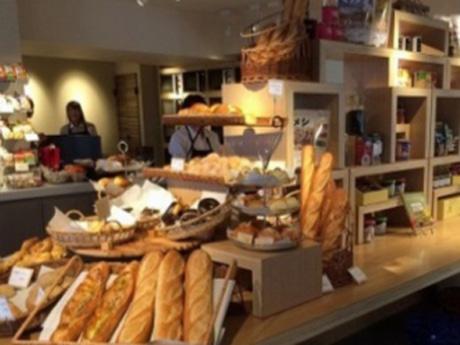 Terra Cafe Barの店内。工場で焼き上げたパンを急速冷凍する「焼成冷凍パン」なども扱う。