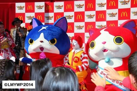 マクドナルド親善大使の「ドナルド・マクドナルド」を挟み、子どもたちと触れ合う妖怪ウォッチの「ジバニャン」と「フユニャン」