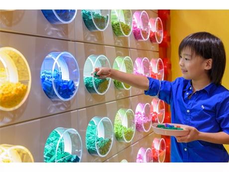 色や形が異なるパーツが約50種類並ぶ店内