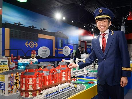 オープン記念イベントに車掌姿で登場したプロフィギュアスケーターの織田信成さん