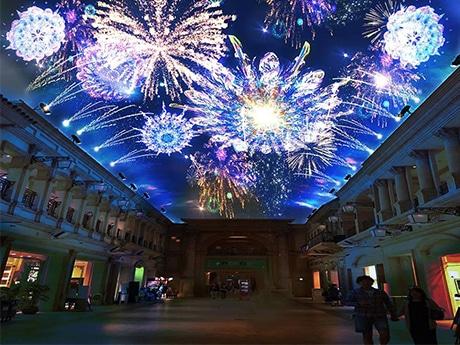 施設内の天井に映し出されたバーチャル花火大会