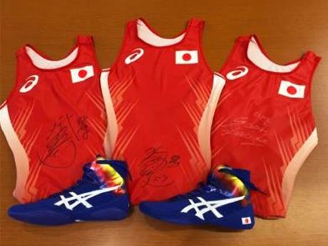 女子レスリング日本代表3選手のサイン入りユニホーム