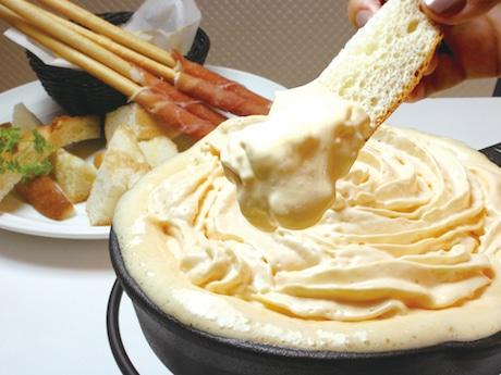 エスプーマで仕立てた泡状チーズの食感を楽しむ「天使のふわふわチーズフォンデュ」