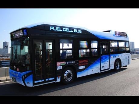 走行中の燃料電池バス
