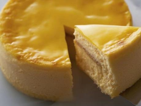 凍った状態で販売する「GROZEN to GO」のスフレチーズケーキ「バナナ・ラムクリーム」