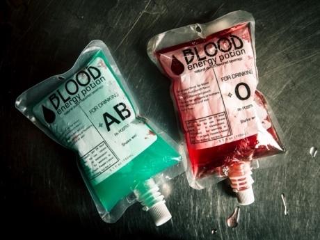 点滴バッグに入ったドリンク『BLOOD DRINK』