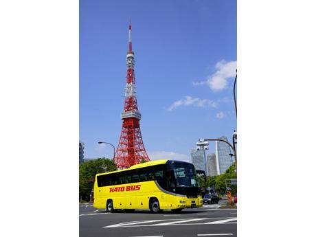 東京タワーを背景に走るはとバス