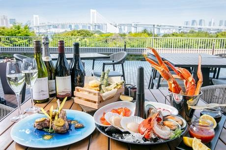 東京湾を望むテラス席と料理