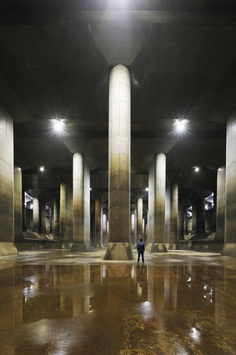 地下神殿のような調圧水槽