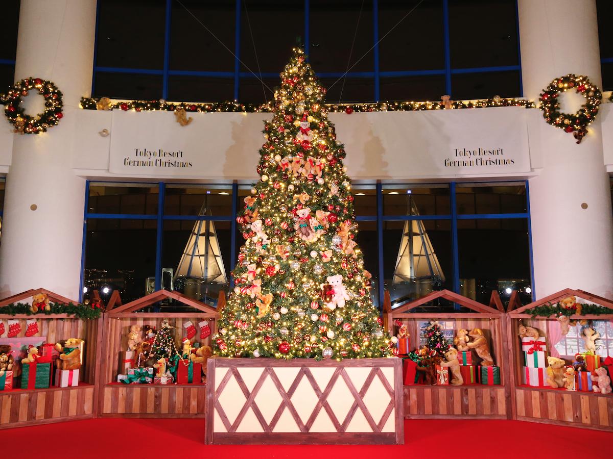 約100体のテディベアで装飾されたクリスマスツリー