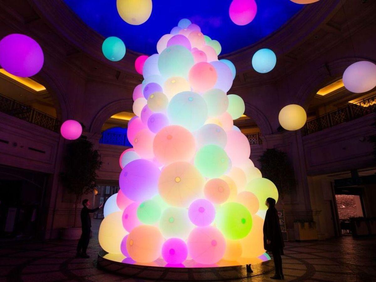 光の球体で形作られたツリー「チームラボ:呼応する生命の樹」©チームラボ