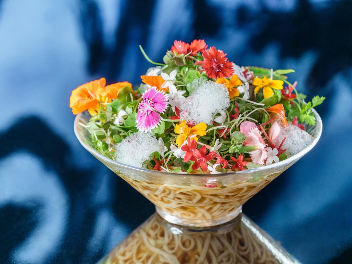 エディブルフラワーを使った「ヴィーガンラーメン花(冷)」