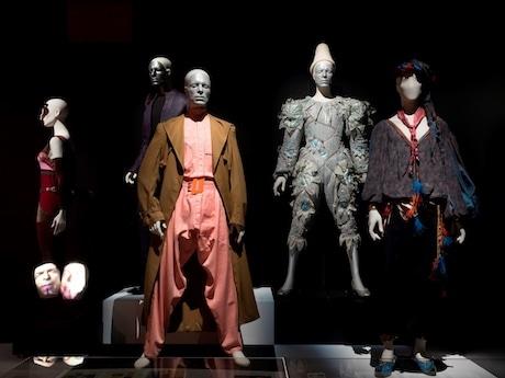 ファッション・アイコンらしい芸術性に富んだ衣装の数々
