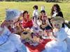 公園に貴族ピクニック集団 ブルボン王朝の衣装でブルボンのお菓子楽しむ
