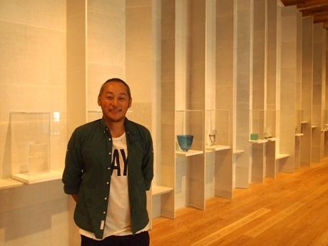 ガラス美術館で富山県産和紙の壁紙を手掛けた川原隆邦さん
