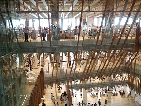 富山県産のスギとガラスであしらわれた吹き抜けが、開放的な空間を演出する富山市立図書館の館内