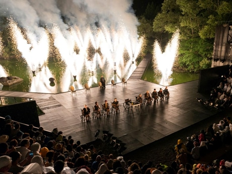 野外劇場の花火劇「世界の果てからこんにちは」