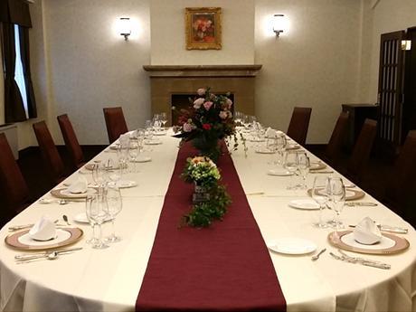 80年以上の趣を残しながら、現代風に改装されたレストランフロア(写真は3号室)