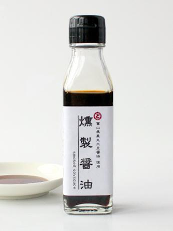 シンプルで洗練されたパッケージデザインで販売する「燻製醤油」