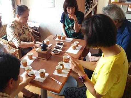 高岡市内の喫茶店で開催された、コーヒー講座の様子