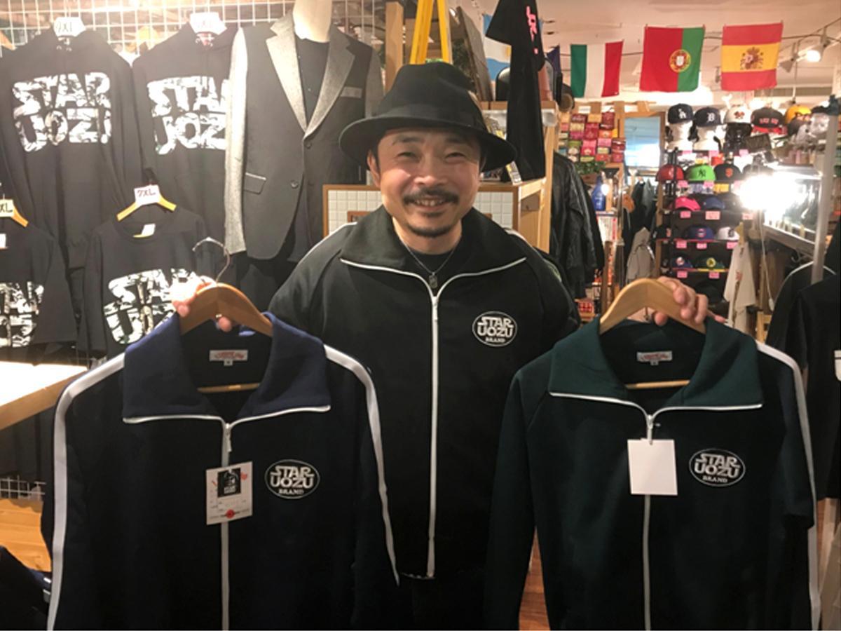 新商品のジャージーを着用した店主の大久保太郎さん
