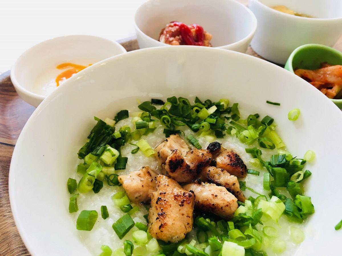 焼いた鶏肉がおかゆにのった「チキン」のセット(1,180円)