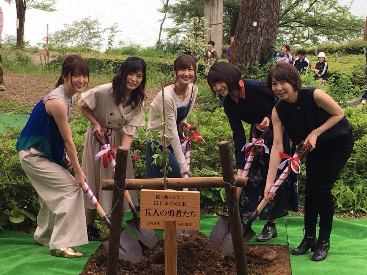 メインキャスト5人による植樹