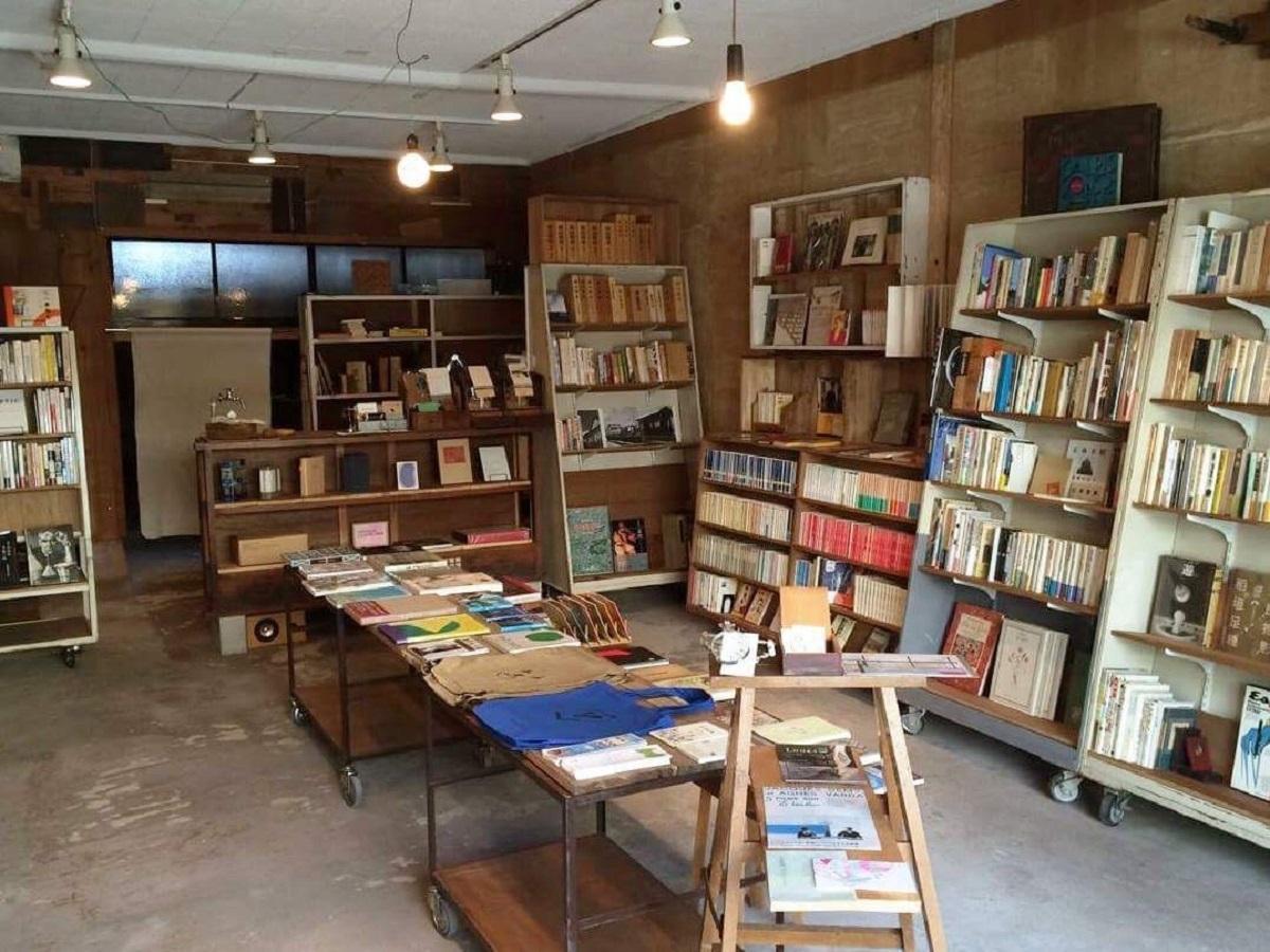 雰囲気のある店内。平台には店主お薦めの本が並ぶ