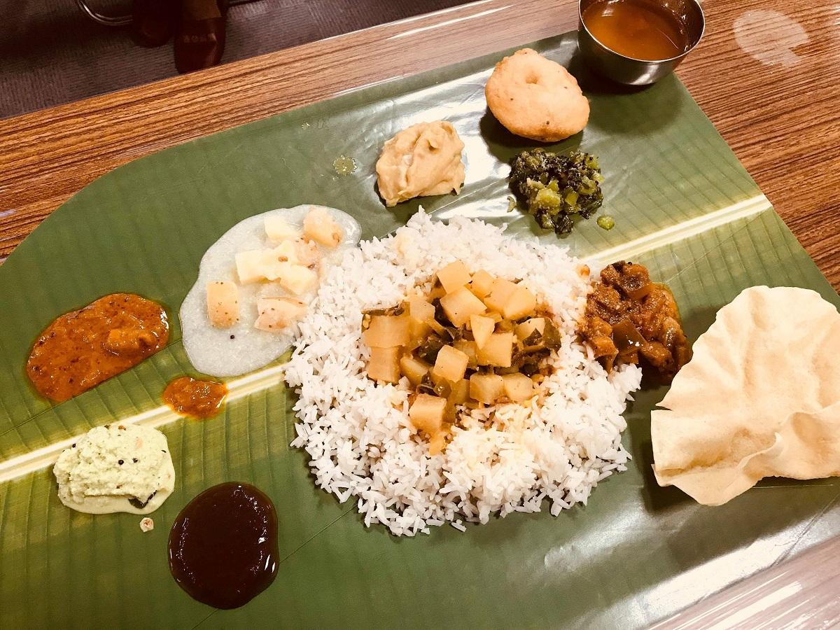 バナナの葉に乗せられた南インドの定食「ミールス」