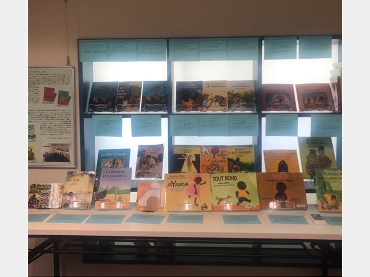 会場となる子どもの本の古本屋「デフォー」2階「ギャラリーもるげん」で常設展示されているアフリカの絵本