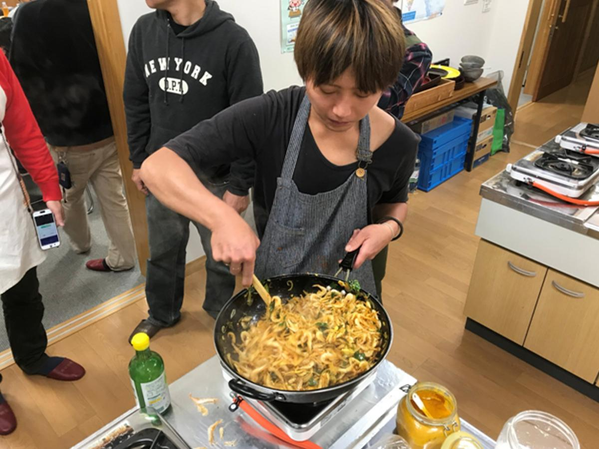 白エビのテルダーラ(野菜炒め)を調理する川口さん