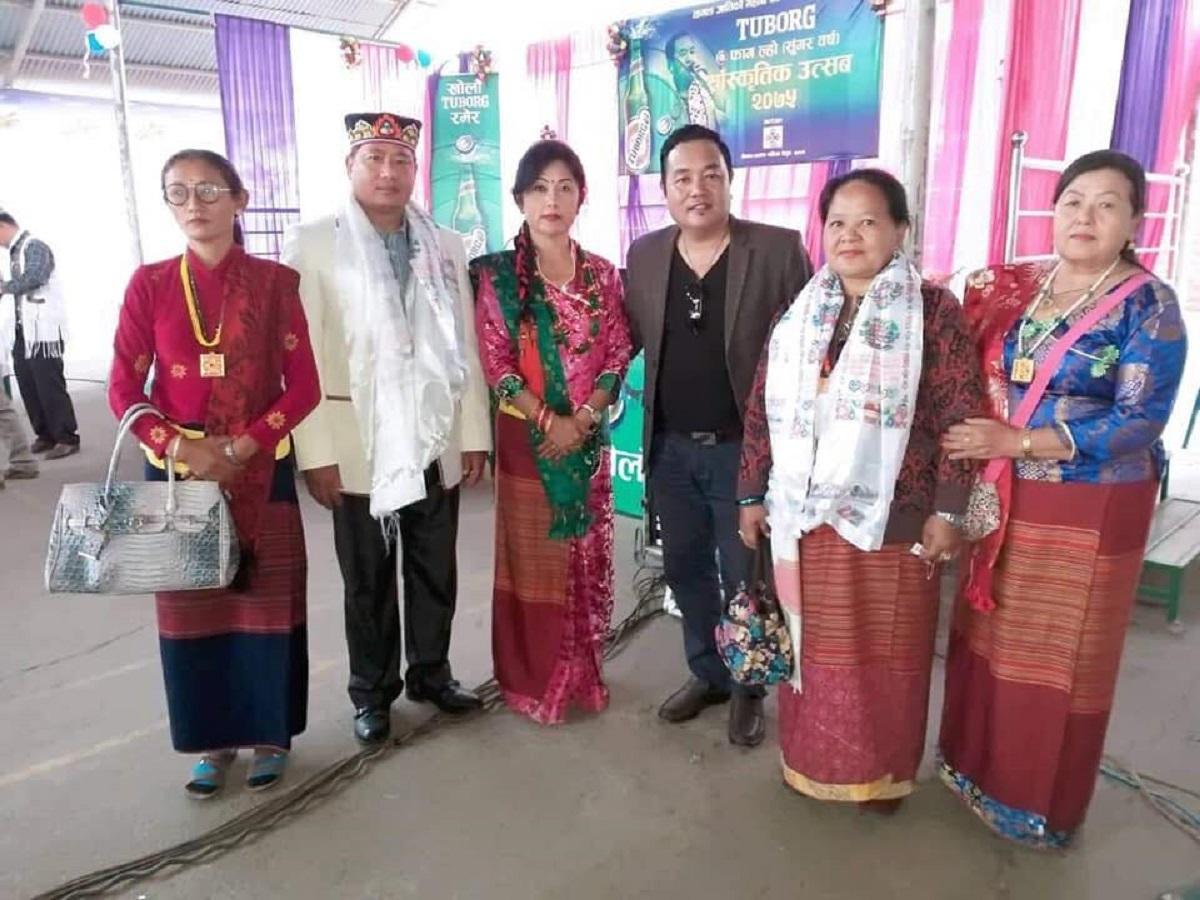 ネパールの国民的シンガー・ソングライターのムクタン・ローズさん(右から3番目)さん