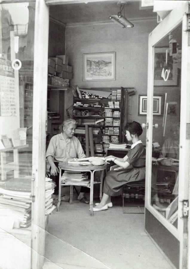 月光荘おじさんこと橋本兵蔵(左)