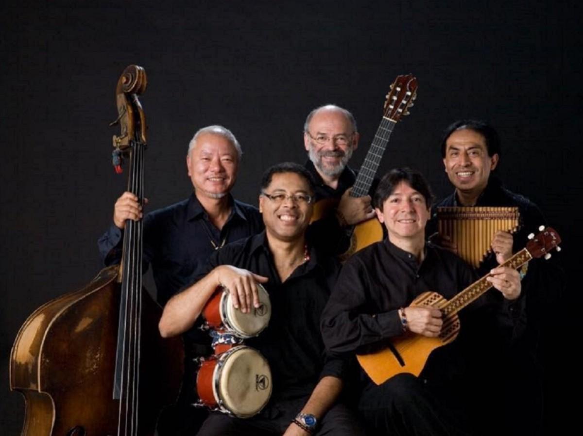 アンデス地方の音楽を演奏するグループ「ウエイノ」