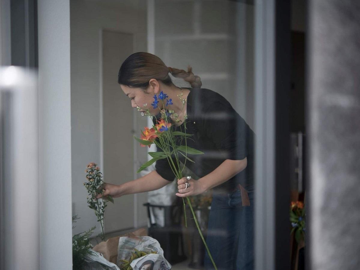 アトリエで花を選ぶ西淵さん