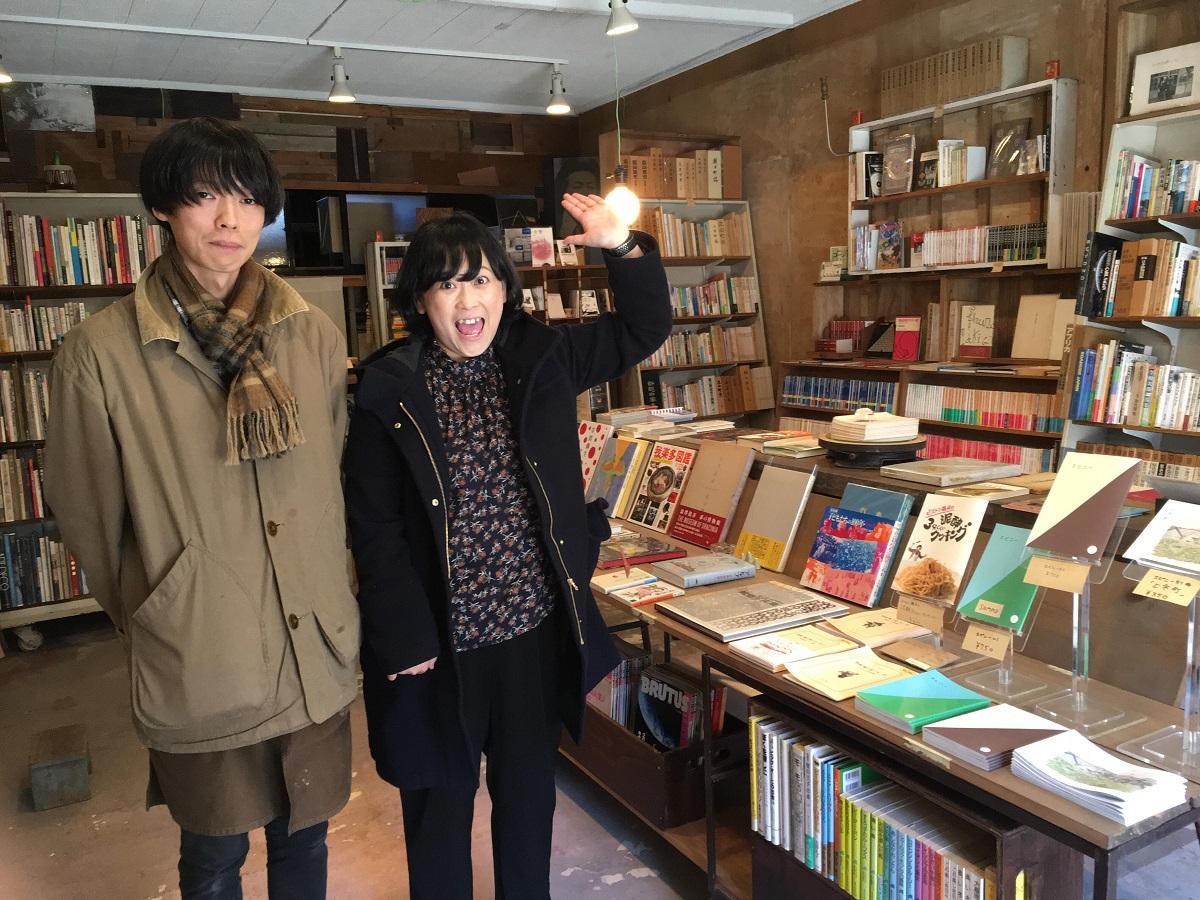 「古本いるふ」店主の天野さん(左)とピストン藤井さん