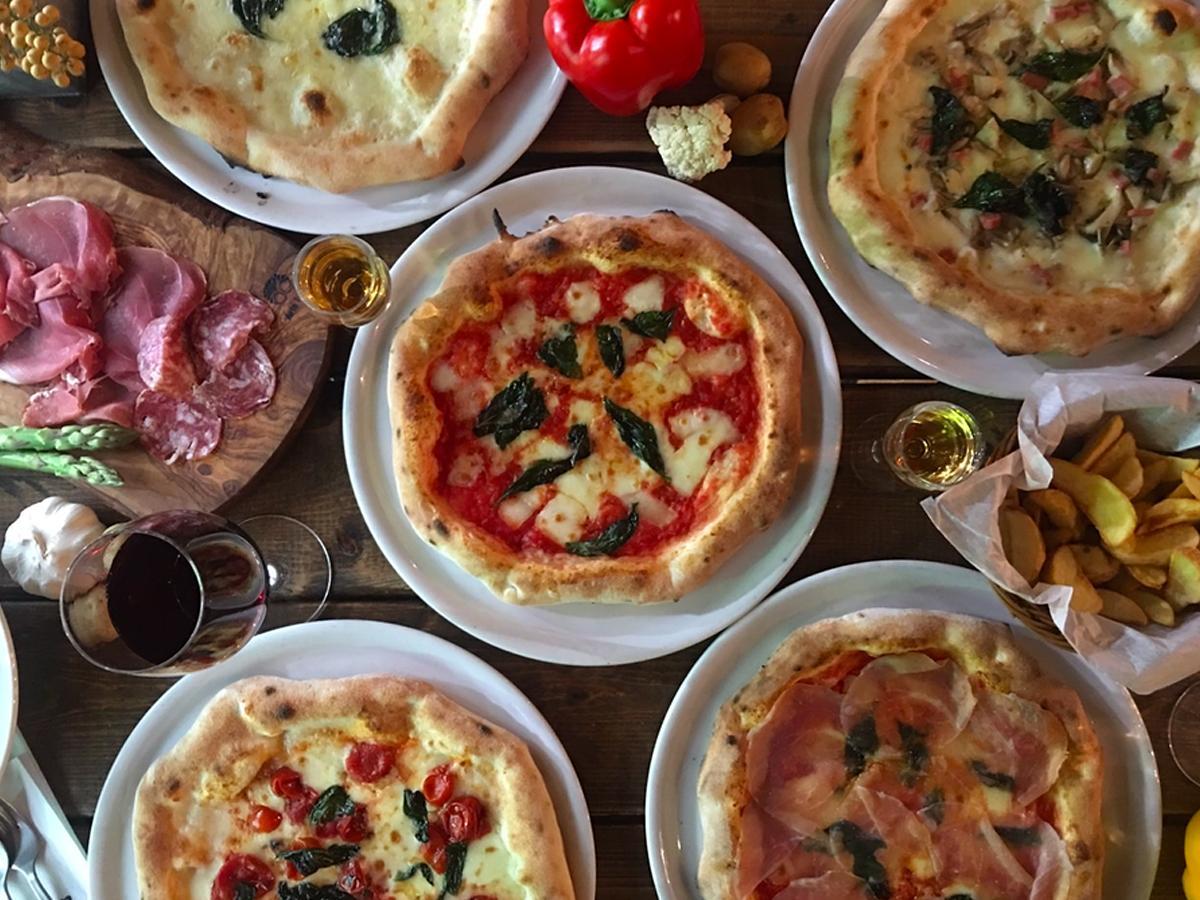 さまざまな種類を用意する焼きたてピザ